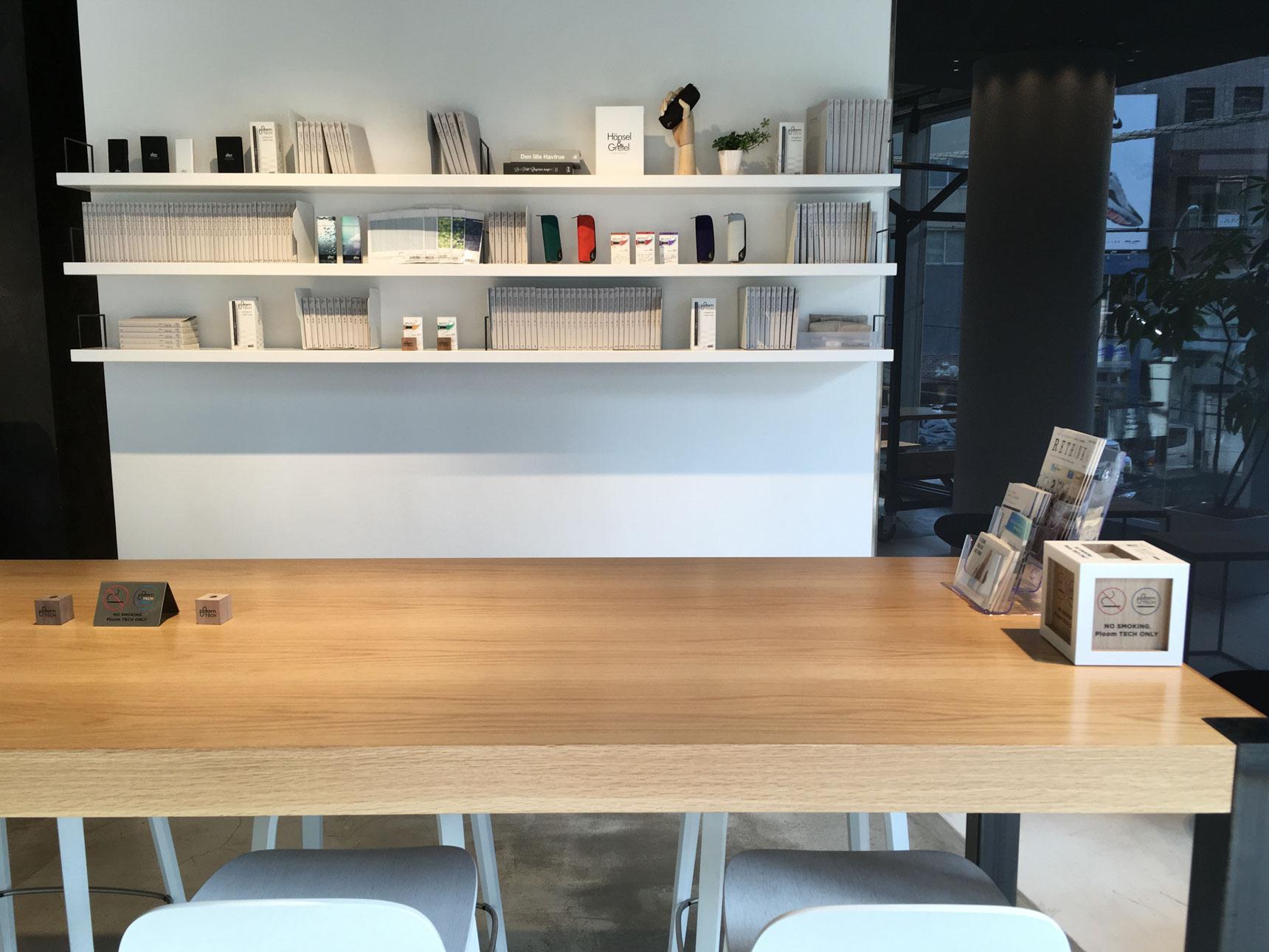 背が高いテーブルもあるので、スタンドアップMTGもできます。