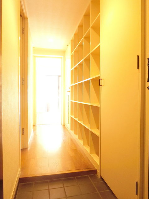 廊下には天井までの高さの棚があるんですよね。何を並べようかな。