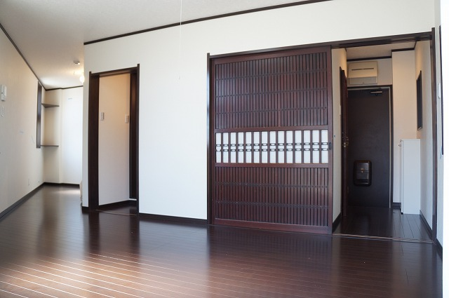なにやら趣のある引き戸もいい感じですね。それに、部屋も広いですよ。