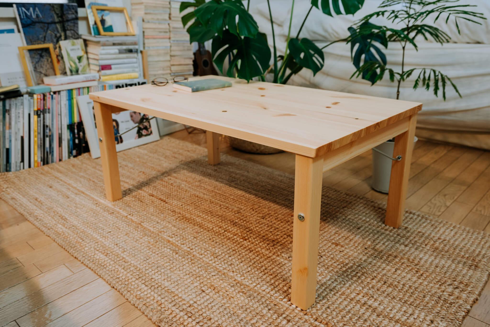 木の素材で、しかも折りたためる、というのが嬉しい(「グリーンと木のぬくもりのある家具で、友達の集まる部屋をつくる」より)