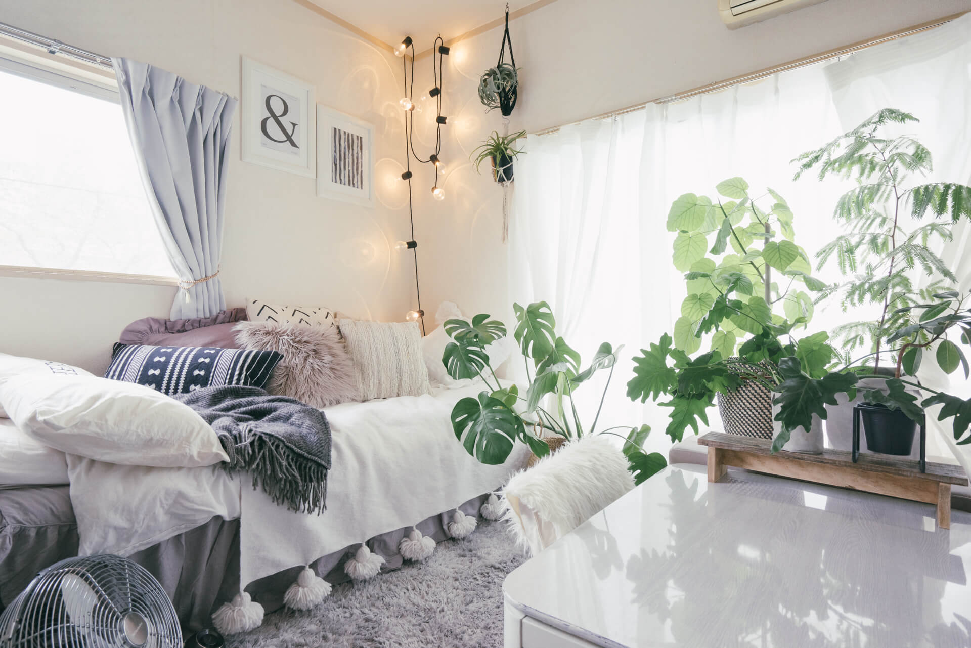 つけるとこんな感じ。優しい光が雰囲気出ます!「気に入らなければ、変えればいい!家具に色を塗り、壁紙を貼ってつくる、saki さんの1Kの暮らし」より