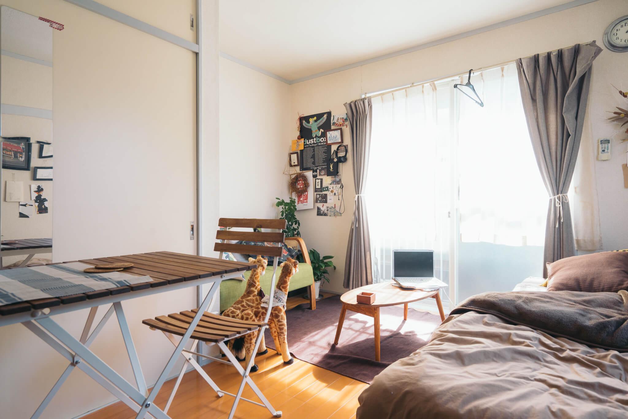 1Kのお部屋には、ベッド、ダイニングテーブル、ソファ、ローテーブルと、置きたい家具が全部置かれています。窮屈にならずにちゃんとセンスよく配置されているのがすごい。