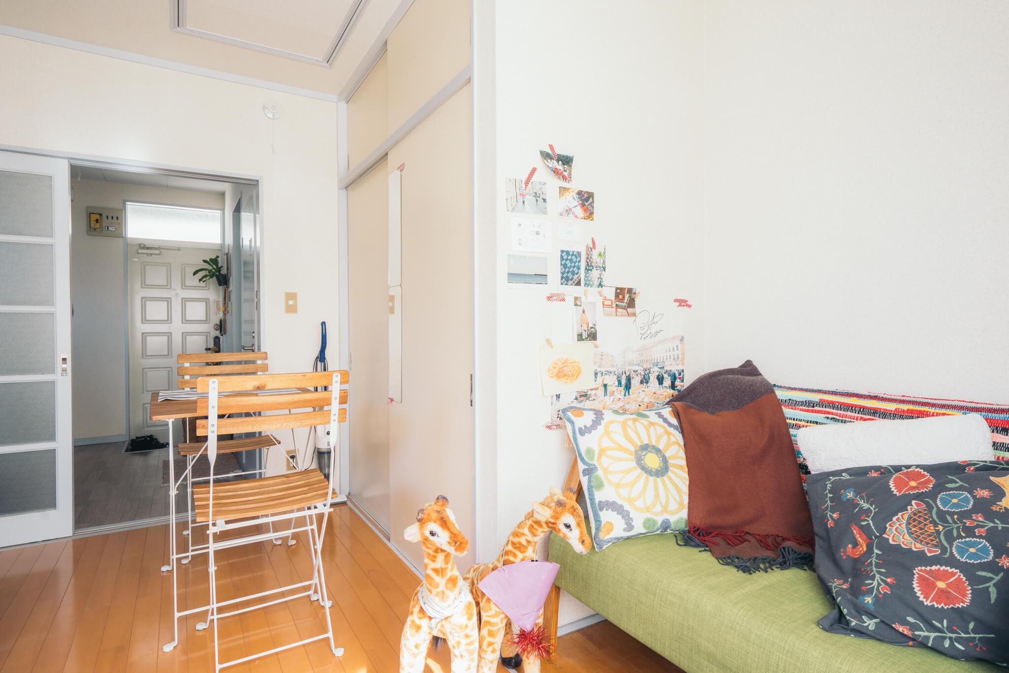 ベッドとソファ、それにダイニングセットがおける間取りで、その中で一番安いお部屋を、と探していて、ここを見つけたんだそう。だからこそ、ぴったり!な配置です。