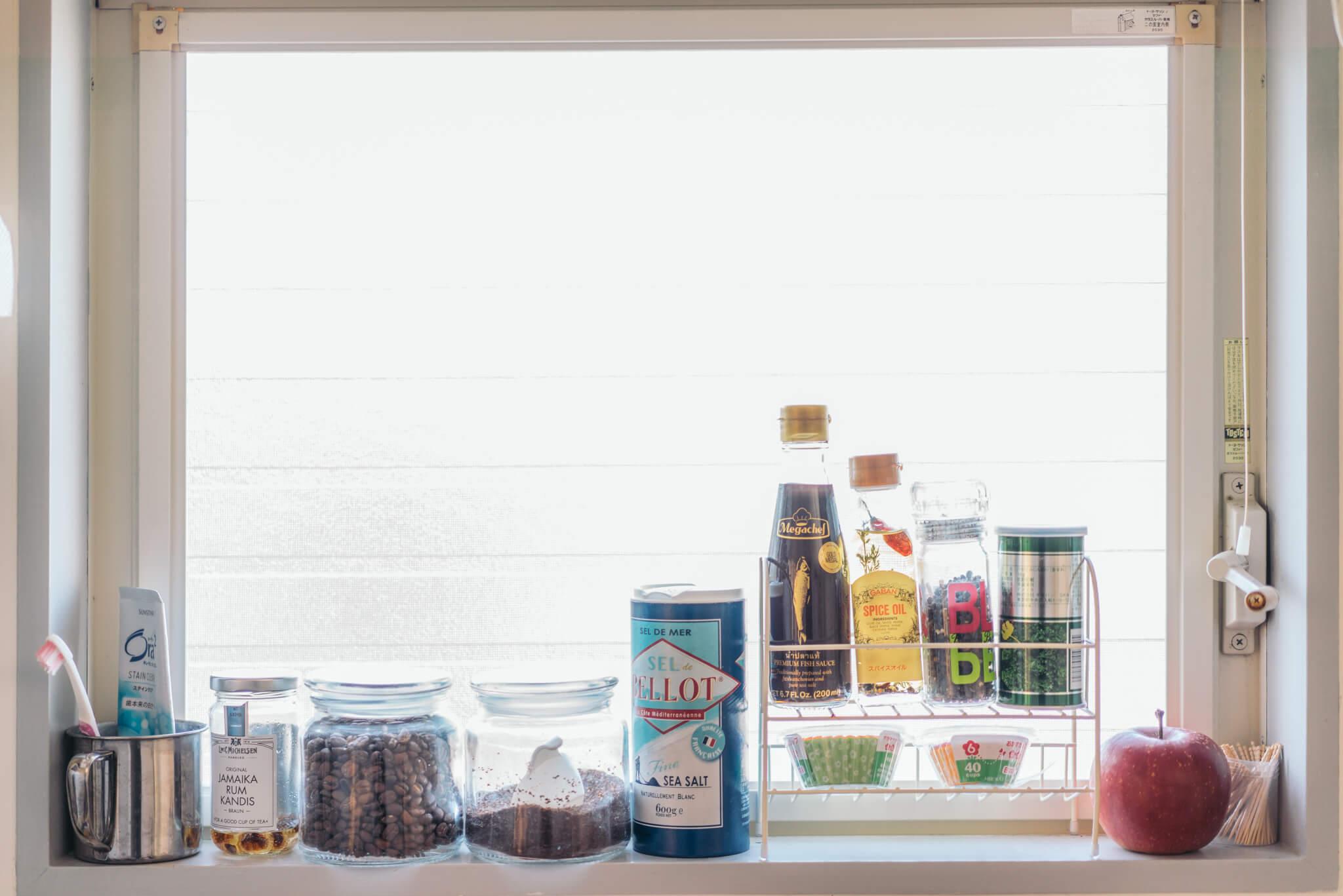 料理をよくするので、キッチンには小物を飾ったりせず、「掃除のしやすさ重視!」とのことですが、ここも、食材やコーヒー豆がきちんと整理して置かれているだけで絵になってますね。