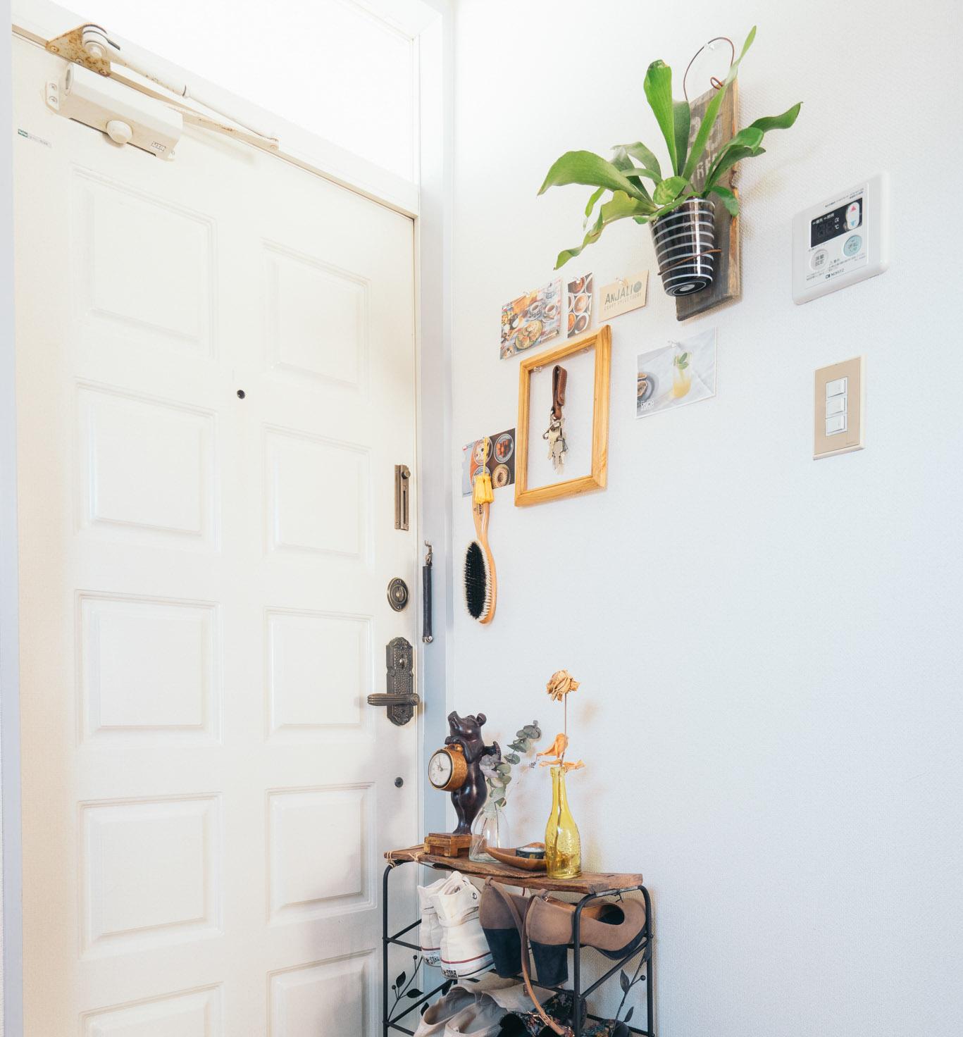 玄関の壁も、よく見るとブラシや時計など、必要なアイテムがさりげなく飾られています。額の中にかかっているのは、玄関の鍵!こうすれば、どこに置いたか忘れませんね〜