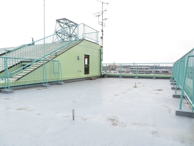 最後はどーんと広いバルコニーのお部屋をご紹介!バルコニーというか、これは、屋上ですね。この広さをひとりじめ。