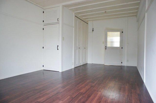 このラフさかげんがよくないですか。クッションフロアですが床も渋みのある色。