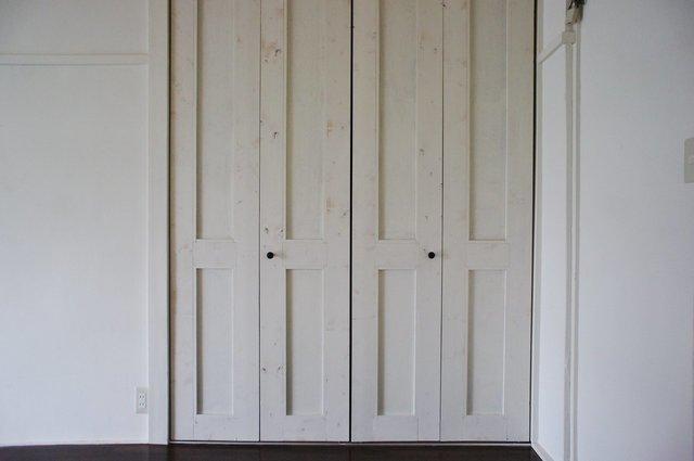 建具はあえて古さを残した木材にラフなペインティング。革のソファやヴィンテージ家具が似合いそうです。