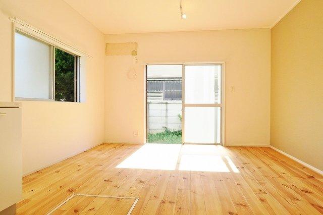 憧れの戸建てに賃貸で。1階は庭付きの、無垢床のリビング。