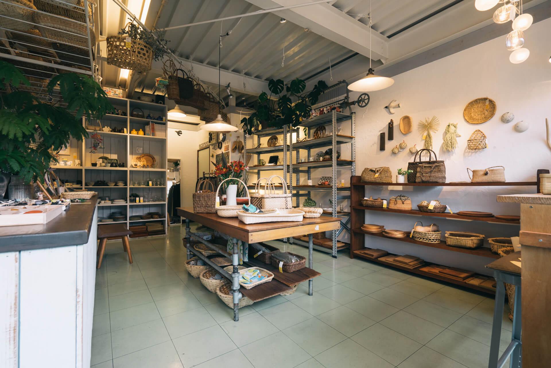 こちらは、器やかご、キッチンの道具が揃うお店。(ここに来れば、私のお気に入りが見つかる。「黄色い鳥器店」(東京・国立))