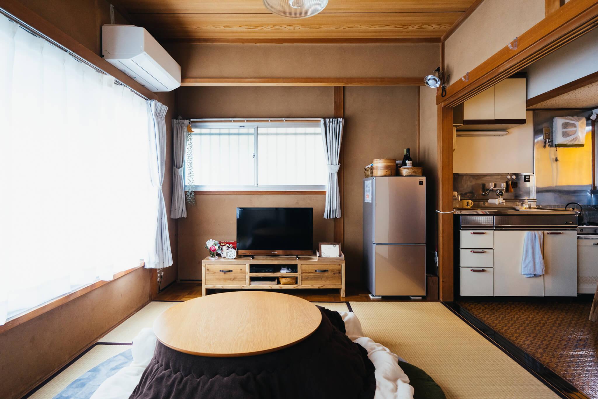 お住まいは、6畳の和室に、キッチン、シャワールームとトイレのある築40年超のアパートです。