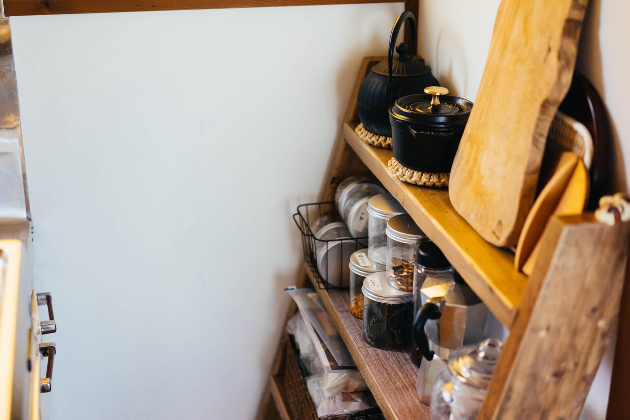 奥行きが狭い棚を探して、キッチンの棚はラダーシェルフにしました。