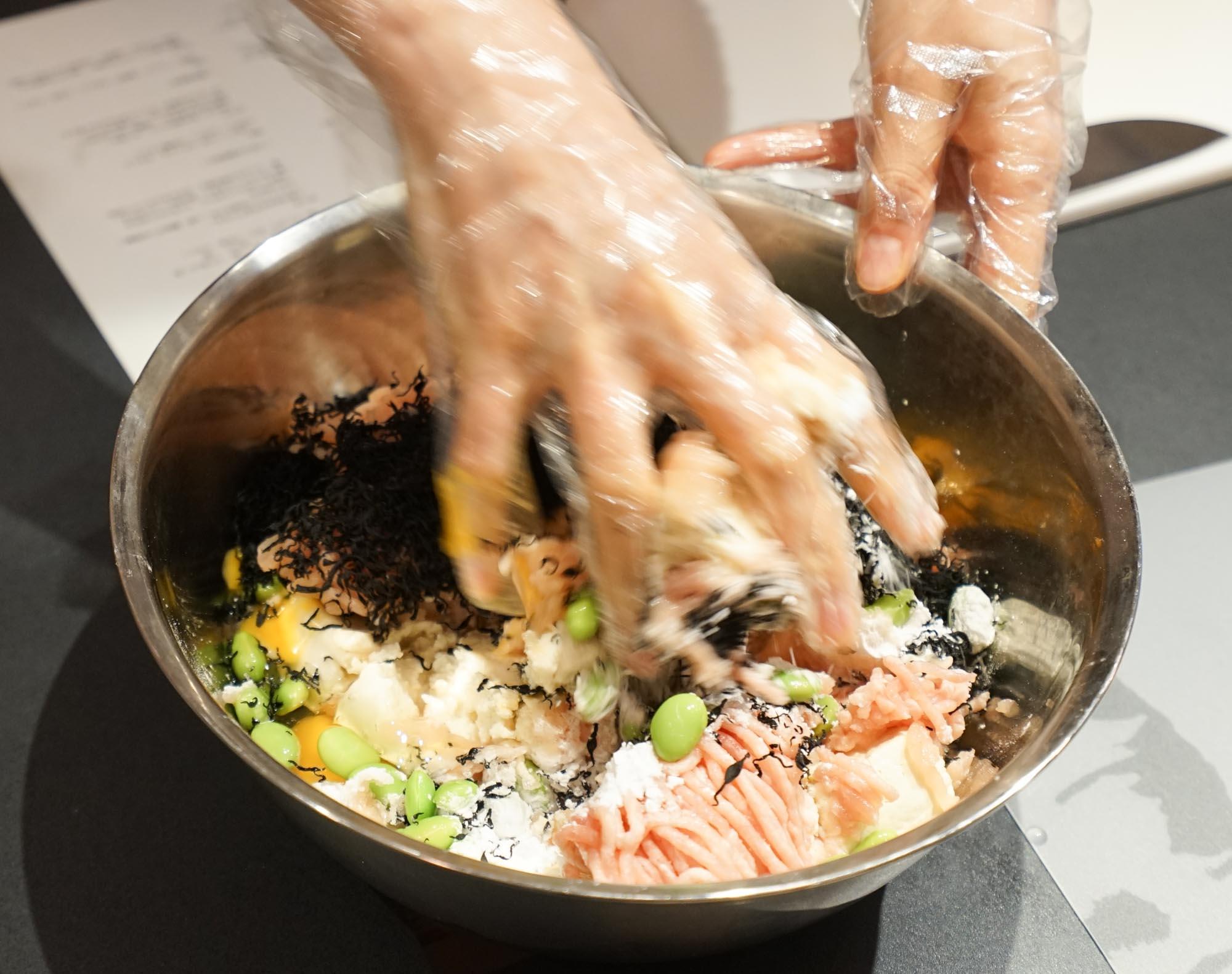 水切りできたら、あとから加える調味料以外のすべての材料をボウルに入れて、まぜるだけ。少量なら、ビニール袋に入れて混ぜるのもいいですよ。