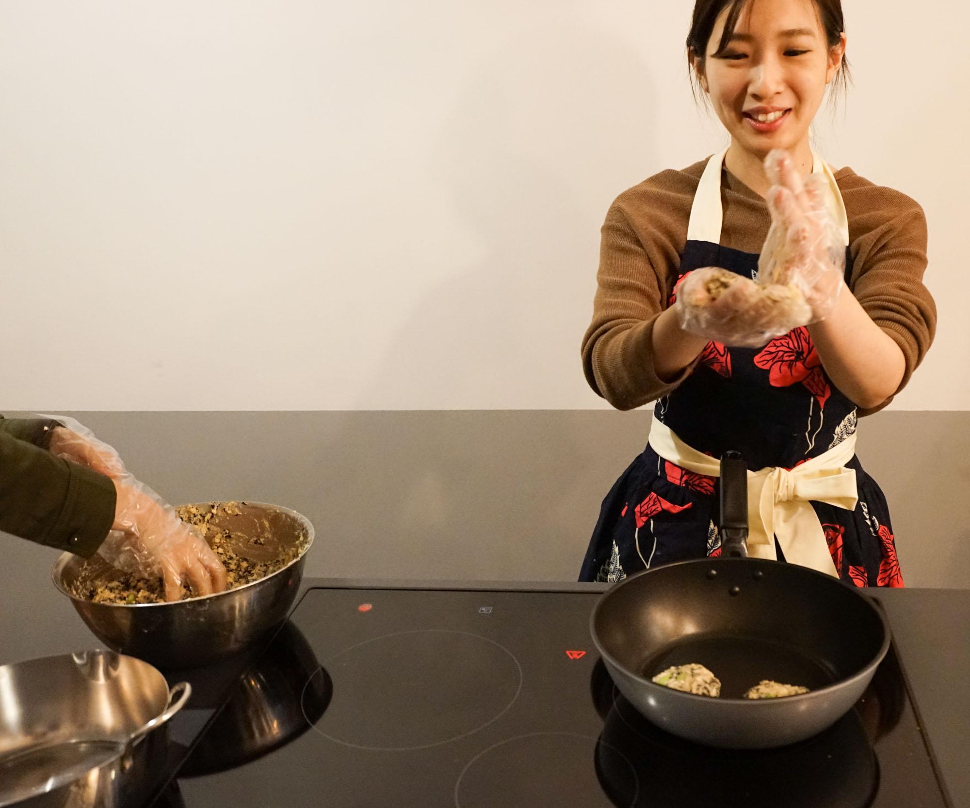 小判形にこねたら、早速フライパンに並べて焼いていきます!テフロン加工のフライパンなら、油はしかなくていいですよ。