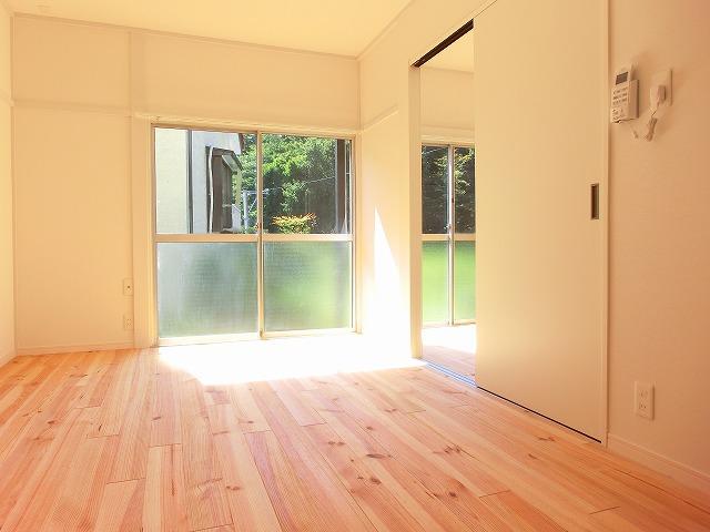 パイン材の明るい無垢床、気持ち良さそうだ〜