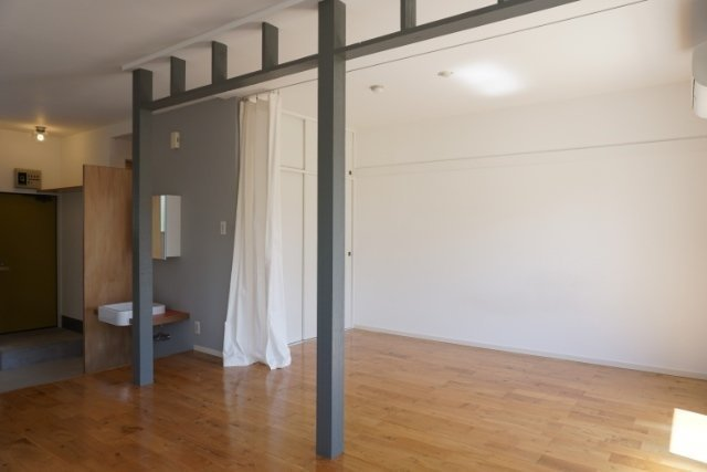 寝室は、カーテンで仕切ってもよし、スッキリ片付けて見せてもよし※前回募集時のお写真、反転間取りのお部屋です