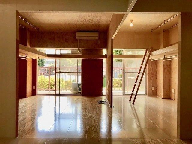 レトロな大型マンションの1階のお部屋。木が壁、天井に貼られた渋めのリノベがされてました。この雰囲気、落ち着く。