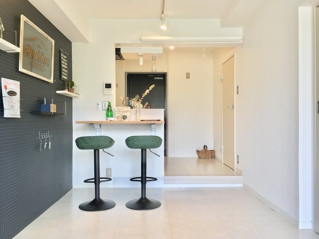 キッチンはカフェ風のカウンタースタイル。こんなにおしゃれだったら、お互い自然と片付けの癖がつけられるかもな。