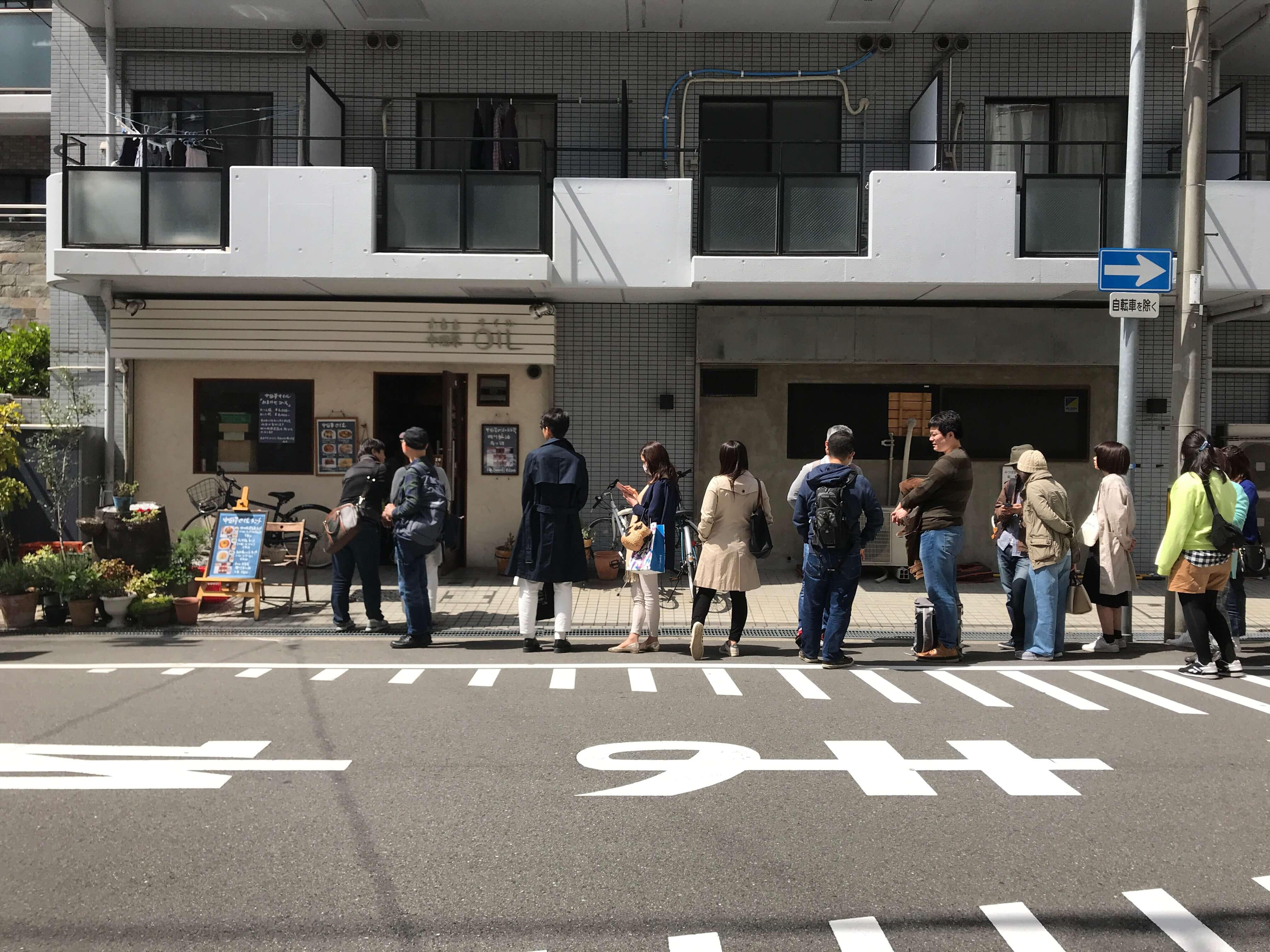 大阪環状線、阪神電鉄本線の福島駅から徒歩10分ほど。梅田スカイビルにもほど近い、隠れ家的飲食店が並び立つエリアに、ひときわ長い行列ができるお店が。