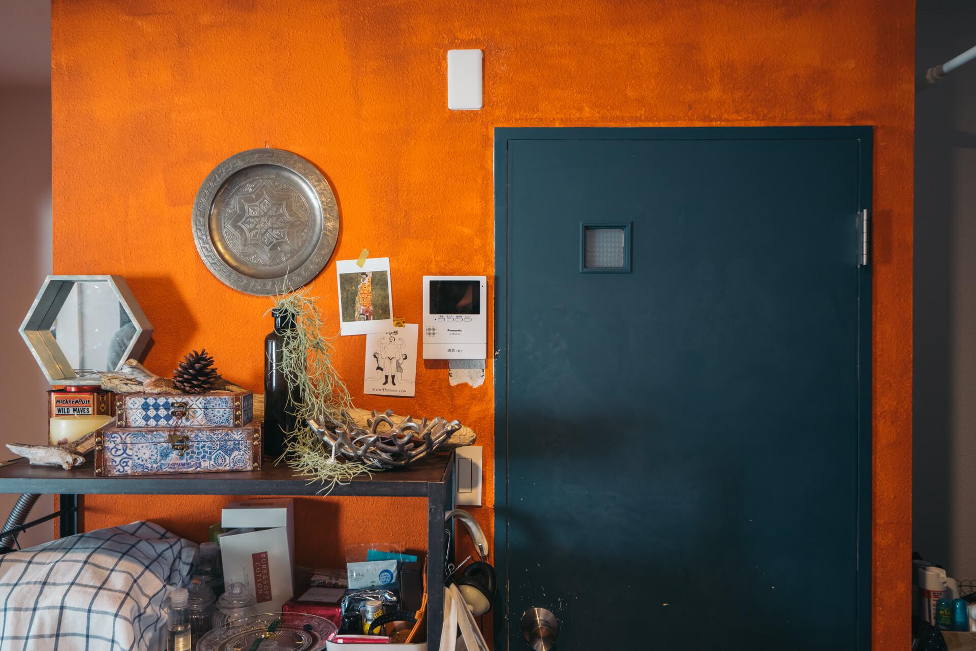 こちらは、バスルームの前の壁。ブルーとオレンジのコントラストが効いた、印象的なお部屋に仕上がりました!