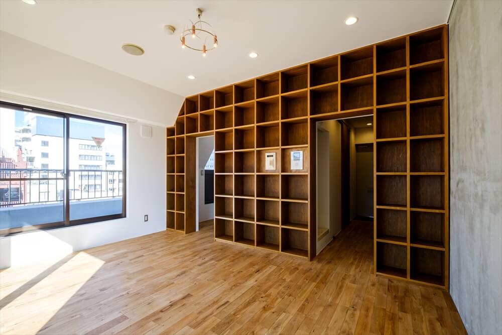 例えばこちらは、壁一面の収納が圧巻の「Hondana」シリーズ。「このシリーズの入居者さんには本が好きな方がやっぱり多くて、普通の賃貸じゃ入りきらないので、という声もよくお聞きします」