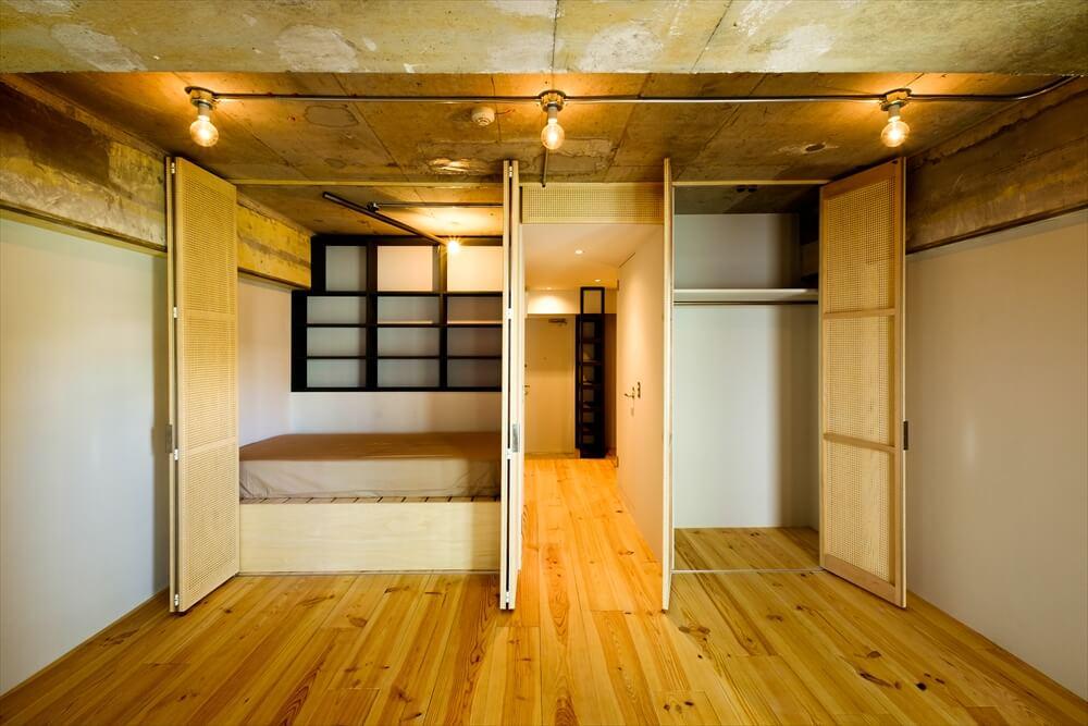 大竹さんお気に入りの「Nest」シリーズ。収納の扉?と思って開くと、ベッドルームが出現します。「なるべく狭いベッドルームに篭るのが大好きなんです」