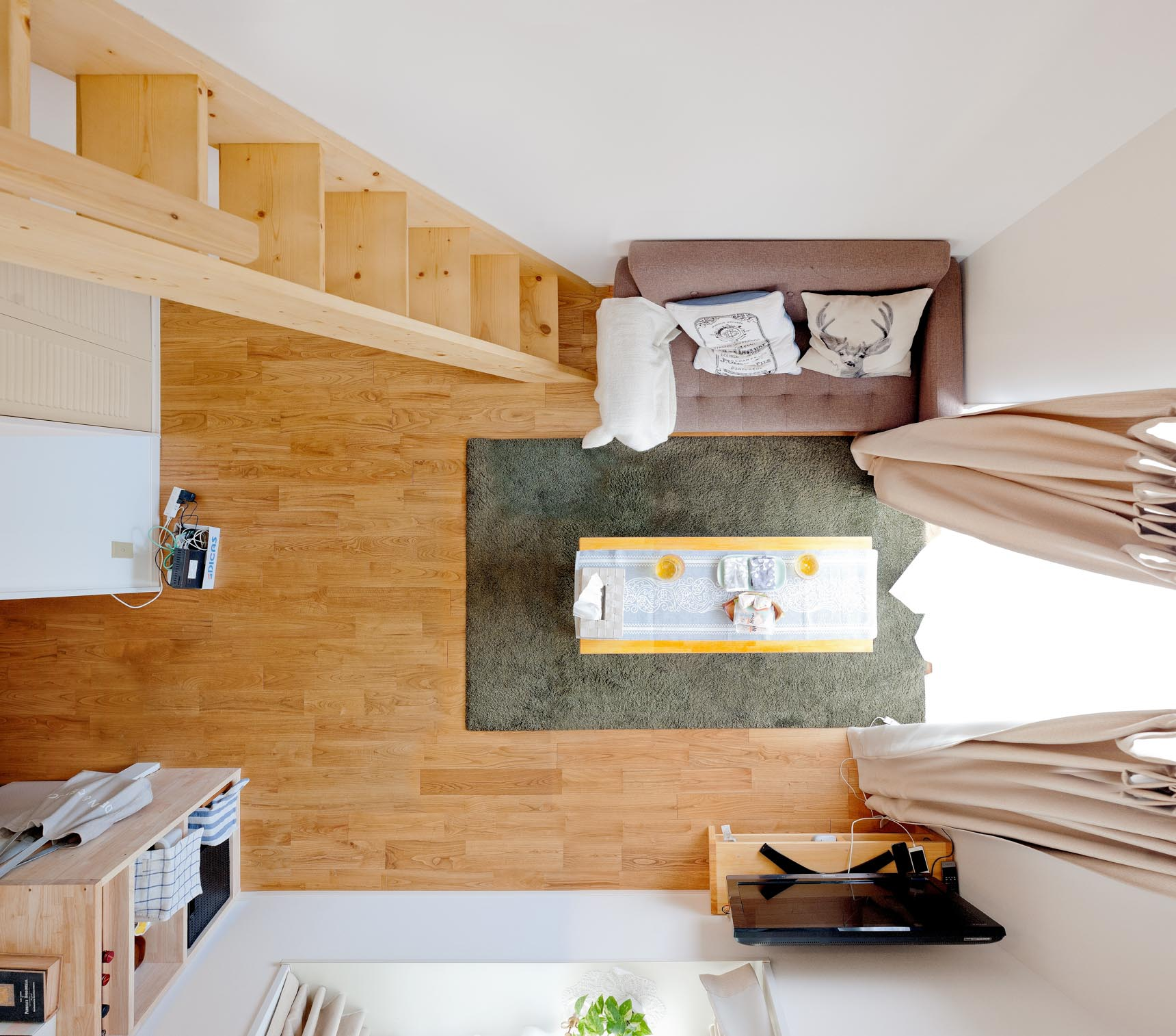 天井の高いロフトつきワンルームをメゾネットのように使っています。