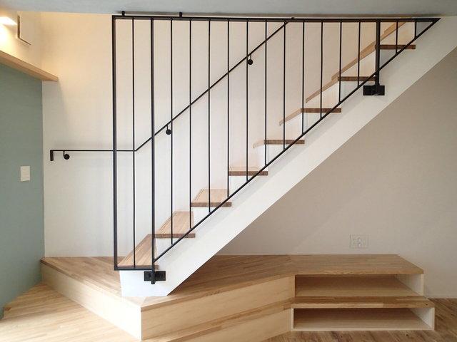 この階段がおしゃれだ。一足先に夢の戸建てを手に入れたような気分に。