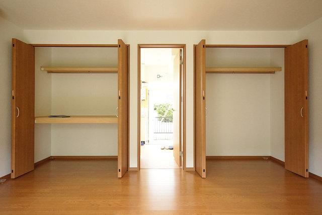 収納が2つも!これで居室には物をおかずにスッキリした暮らしが実現できる。