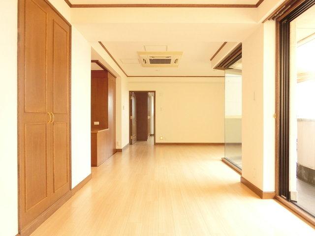 一般的な賃貸のお部屋だと、このように、ドアや収納、幅木などはブラウン調なことが多いですね。