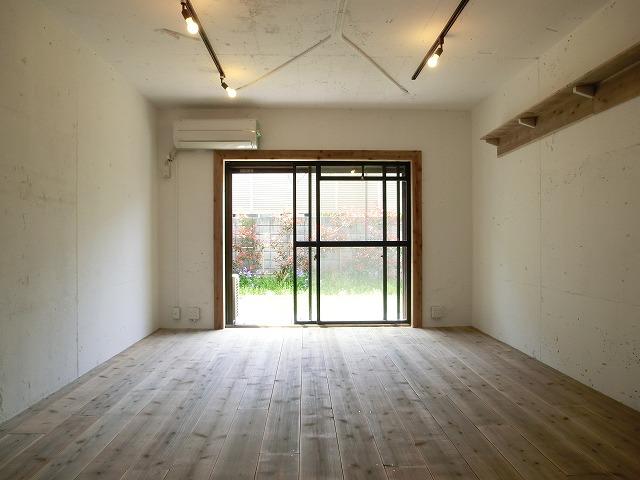 「ライティングレール」のついているお部屋なら、自分の好きな位置に好きな照明をつけることができて便利ですよ。