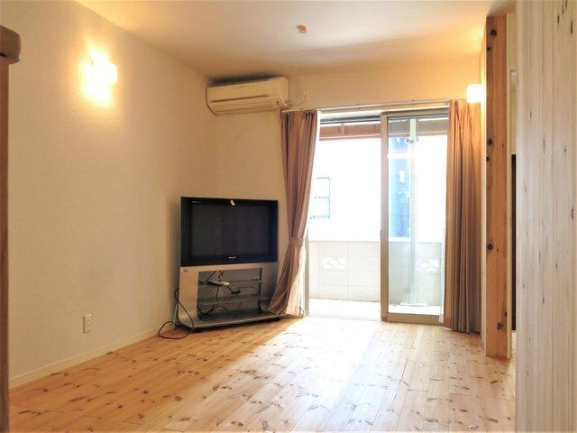 室内もパイン材が使われていてカフェみたい。テレビもついてくるらしいです(撤去もOK)