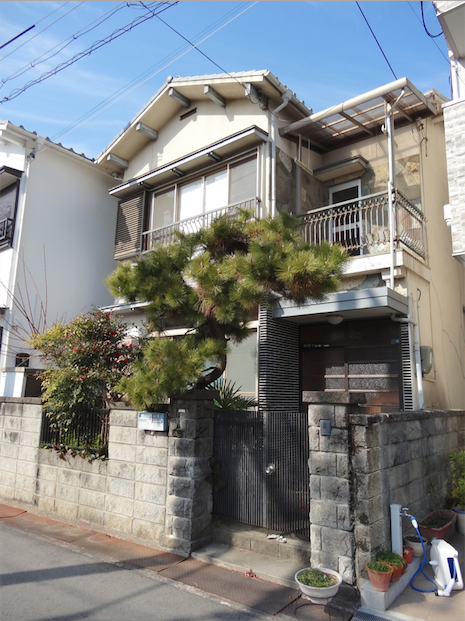 goodroomでリノベーション工事進行中のお宅も紹介させてください。こちら、松の木が渋い一軒家。