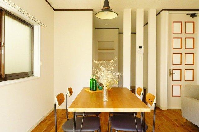 94年築とリノベ戸建て物件としては新しめの建物。キッチンとの間にあるルーバーがおしゃれですね。