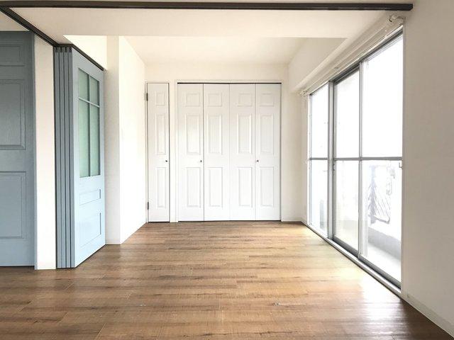 水色と白の内装。女性が好みそうな配色ですが、ヴィンテージの家具とか合わせるとかっこよくもなりそうな雰囲気です。