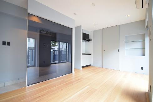 広めの玄関との間はガラス壁で仕切る。開放感を増す工夫で、30平米未満の部屋なのに広く見えます。賢い。