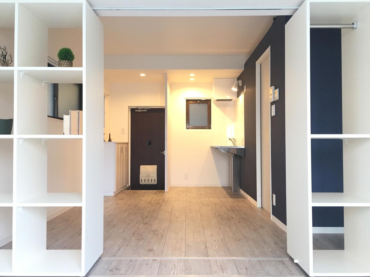 つづいてこちらは、可動式の棚で部屋を仕切るタイプの1LDK。