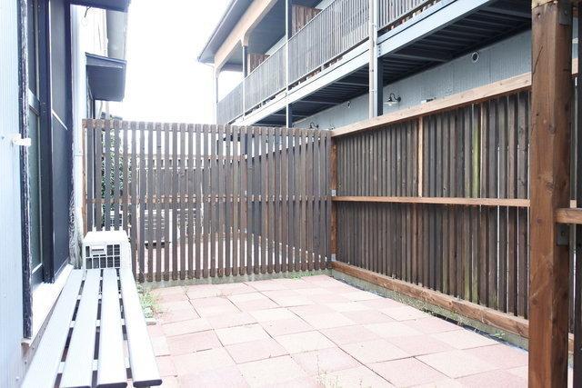 裏にはベンチ付きの専用庭もあります。いいな。