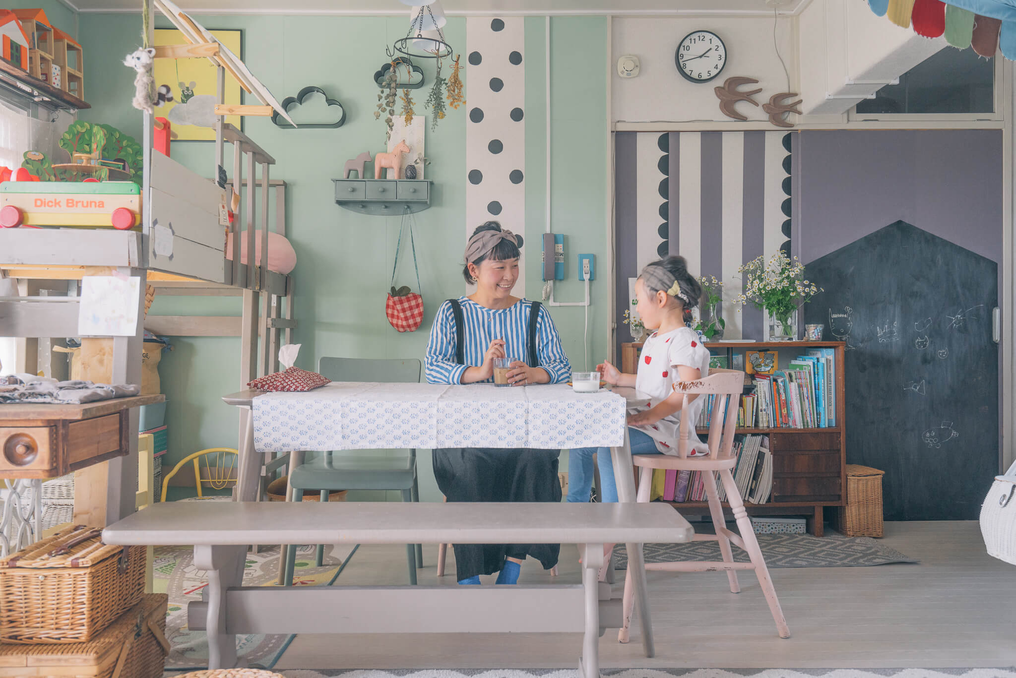 ダイニングテーブルのセットも、自分の好みで色を塗って、雰囲気ぴったりに仕上げています。長いベンチは、お姉さんからいただいたもの。色を塗ればまるでお揃いみたいですね。