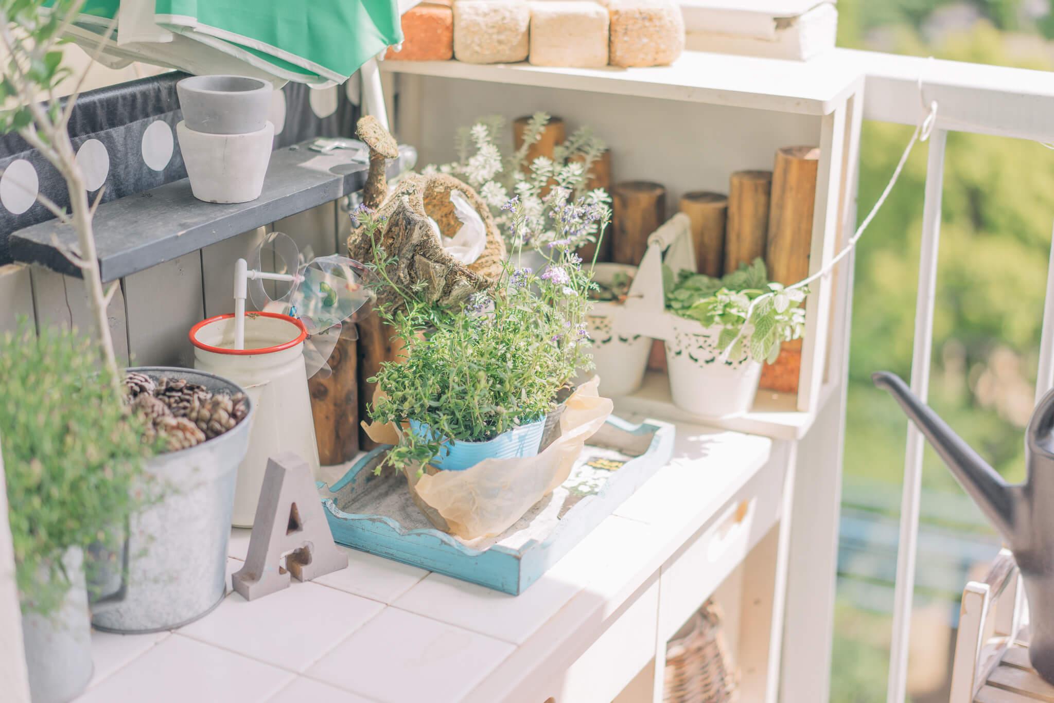 眺めのよいベランダで植物の台になっていたのは、キッチンで使わなくなったワゴン。