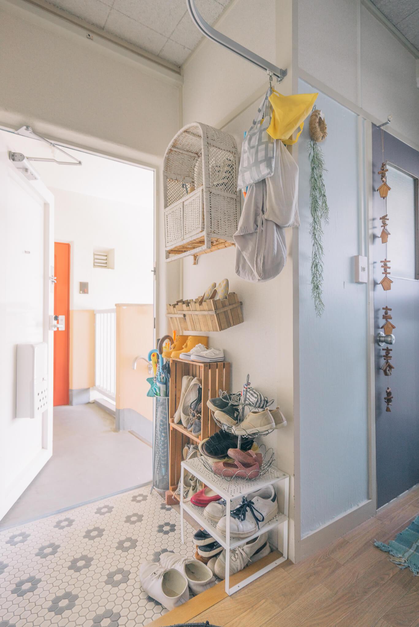 玄関の靴を収納する棚も、よく見ると、いろんなタイプのものが様々、使われています。わざわざぴったりサイズのものを買わなくても、こんなふうに楽しく収納できるんだ!と、目からウロコ。