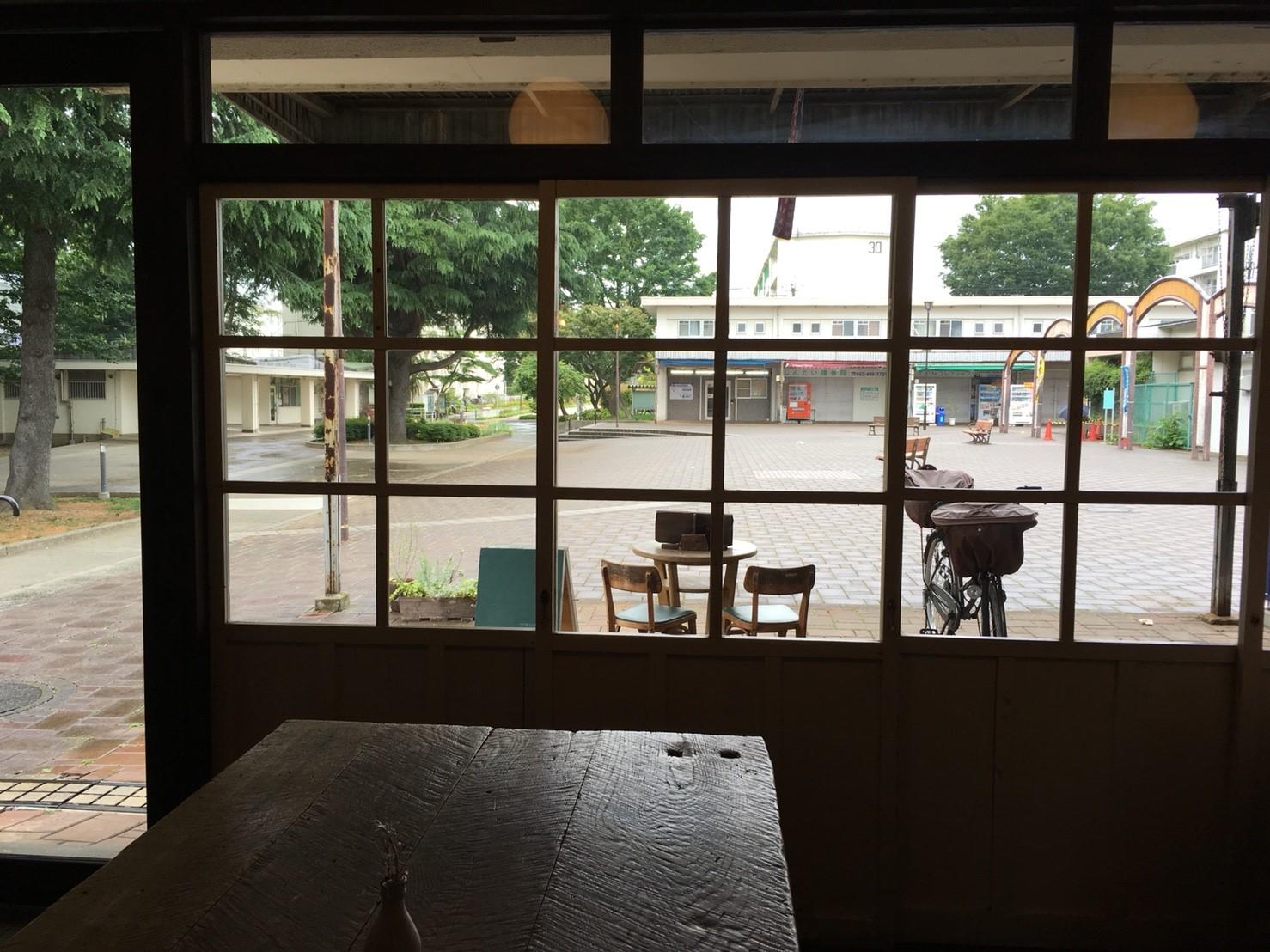 店内から眺める団地の広場。