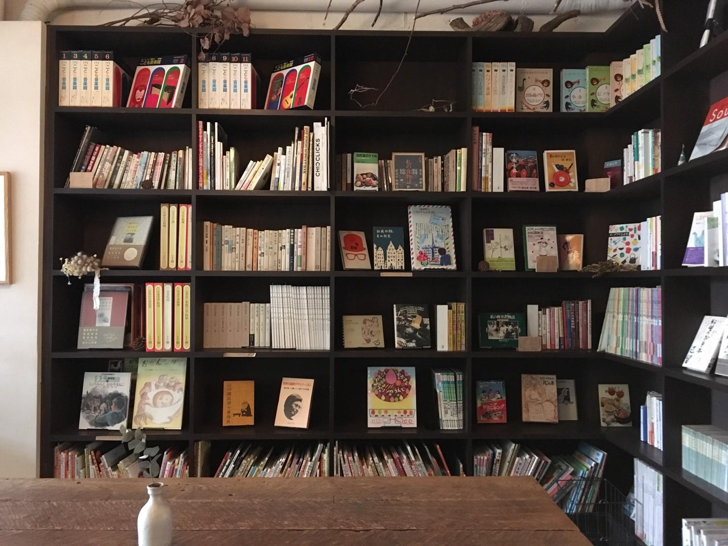 この本棚にある本は、どれも自由に読んでOK。気に入ったら購入もできます。