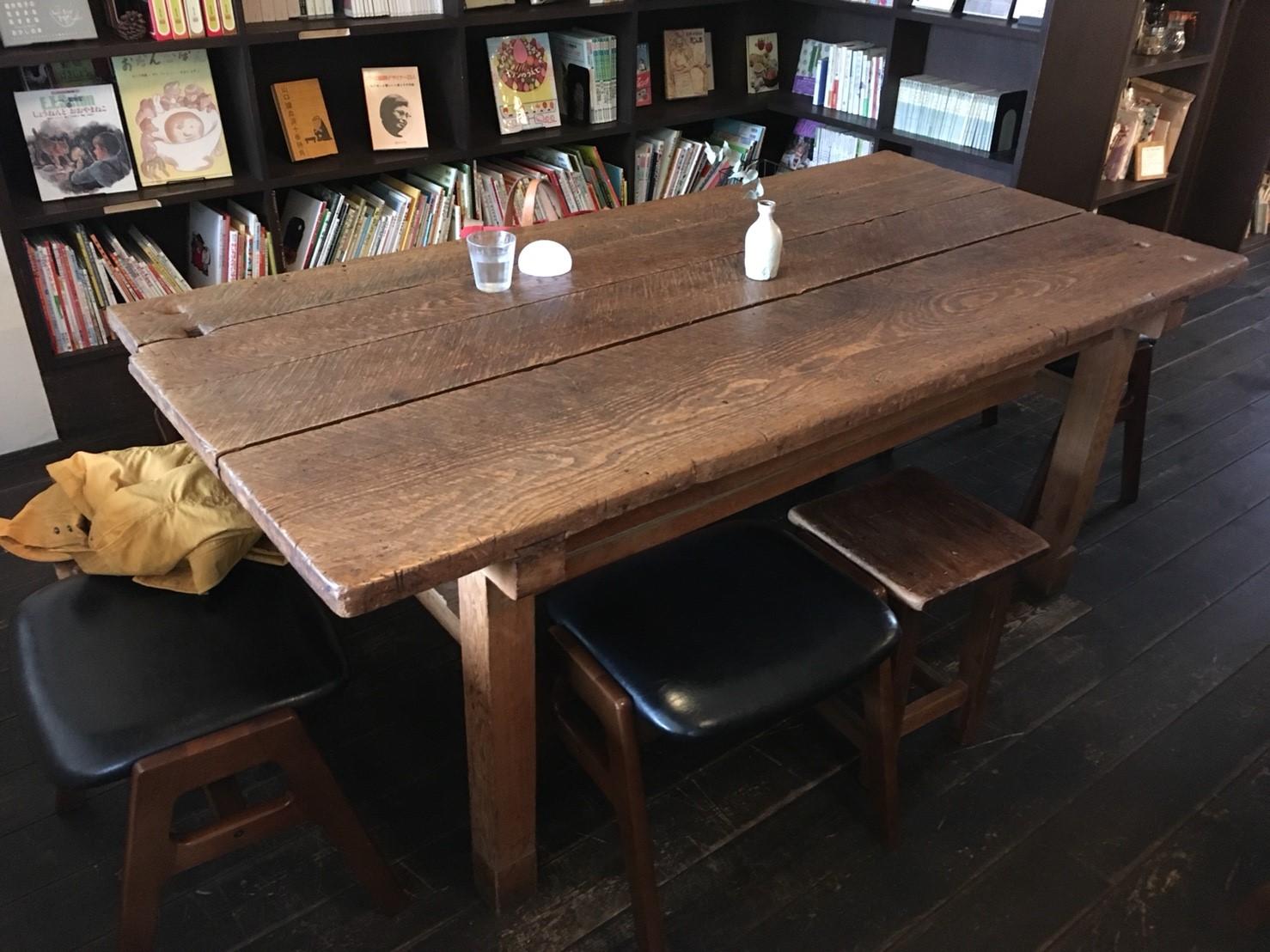 大きなテーブルに、相席で。空間をゆるく共有する雰囲気が良いですね。