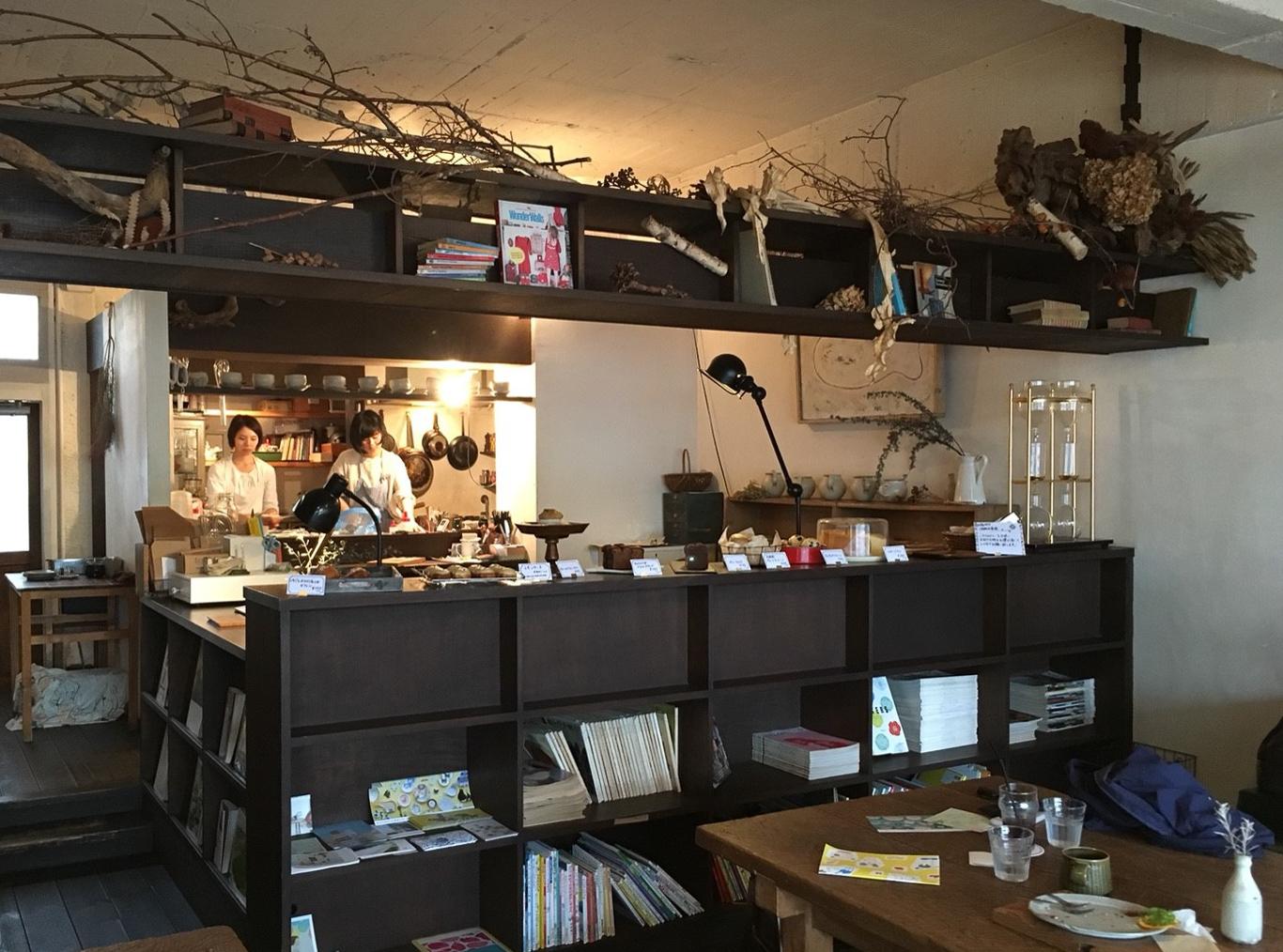 店内はなかなか広々とした空間です。