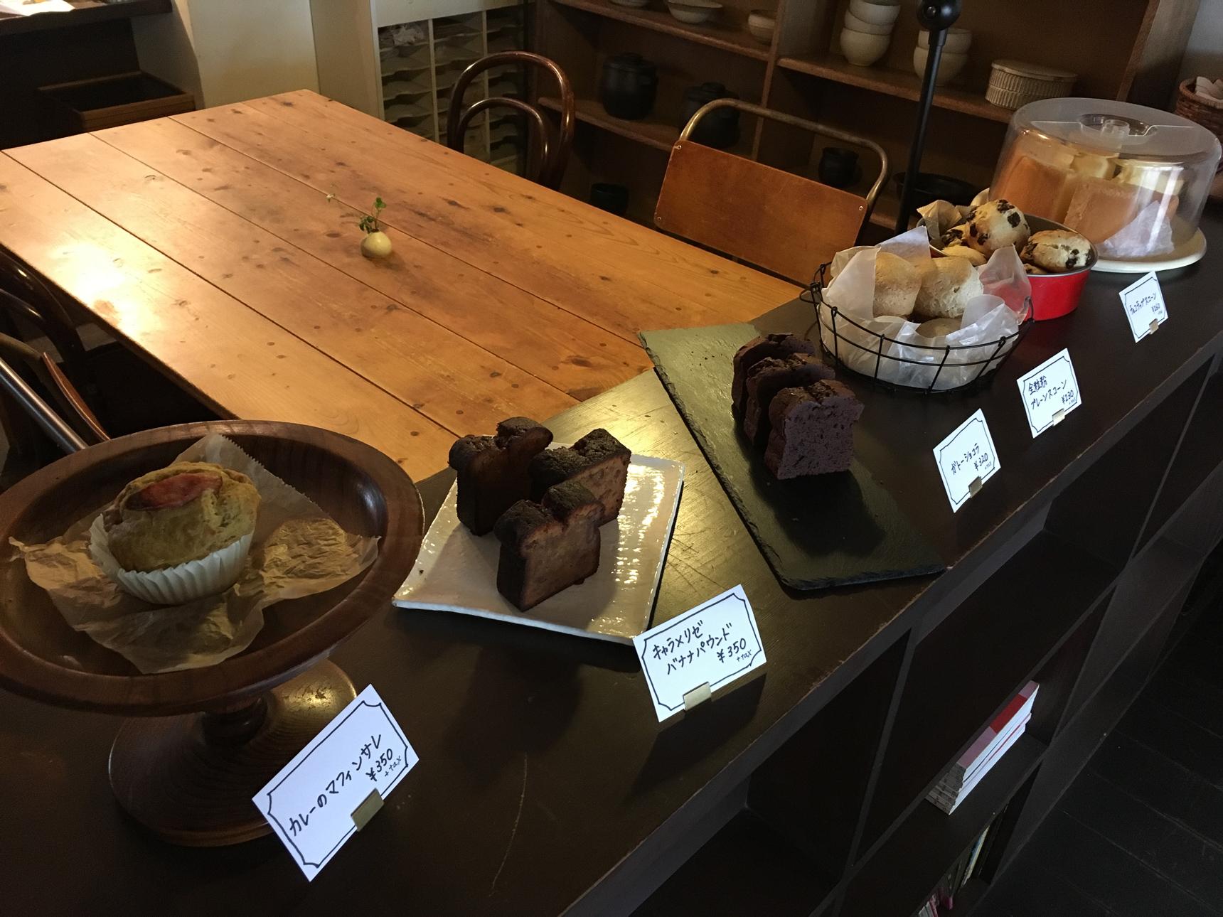棚の上に可愛らしく並んだスイーツはお持ち帰りもOK。ここでちょっと、素敵なケーキを買って、おうちでゆっくりティータイム、ていうのもいいですよね。