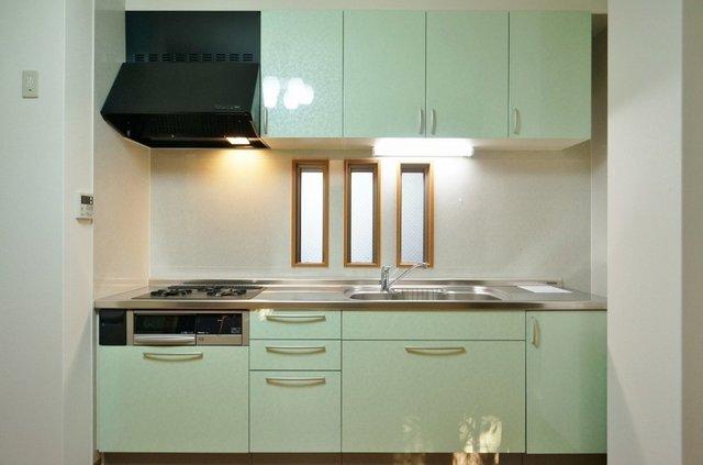 キッチンなど水回りは古くないのもポイント。なんとガス3口のシステムキッチンですよ