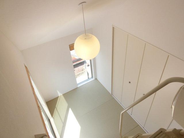 メゾネットタイプのお部屋。上階はすごく気持ち良い雰囲気の畳のお部屋。畳って、みんなで床に座ってくつろげるからいいですよね