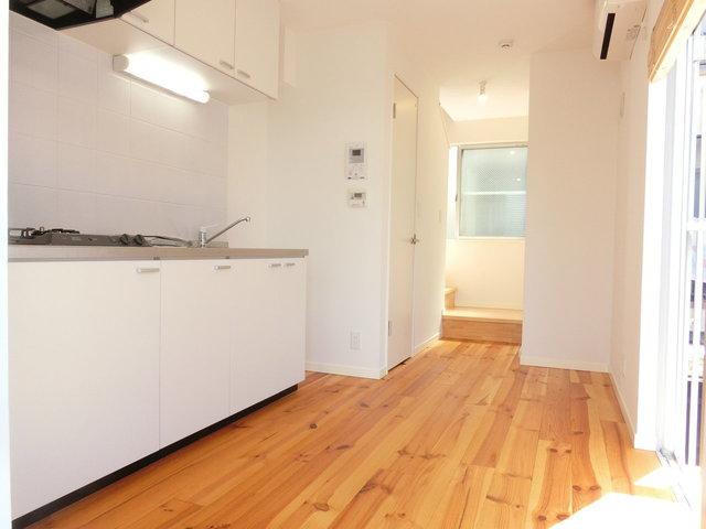 下階のキッチンエリアは無垢フローリングです。贅沢や〜