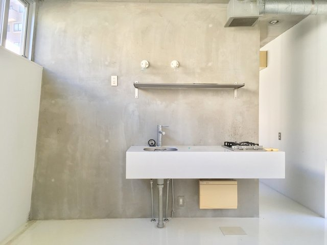 コンクリの壁に、白い床、白いキッチン。かなりクールです。